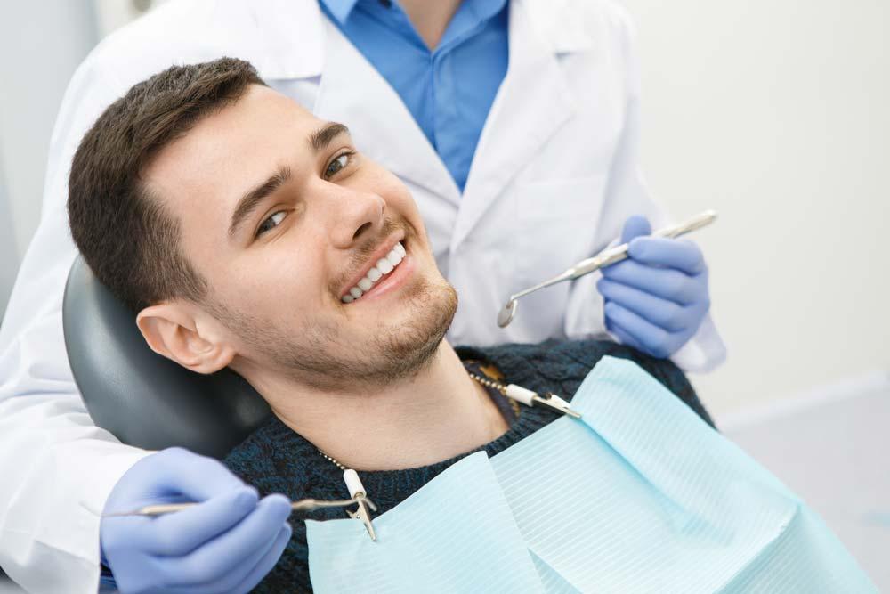 Man hos får behandling hos tandläkaren